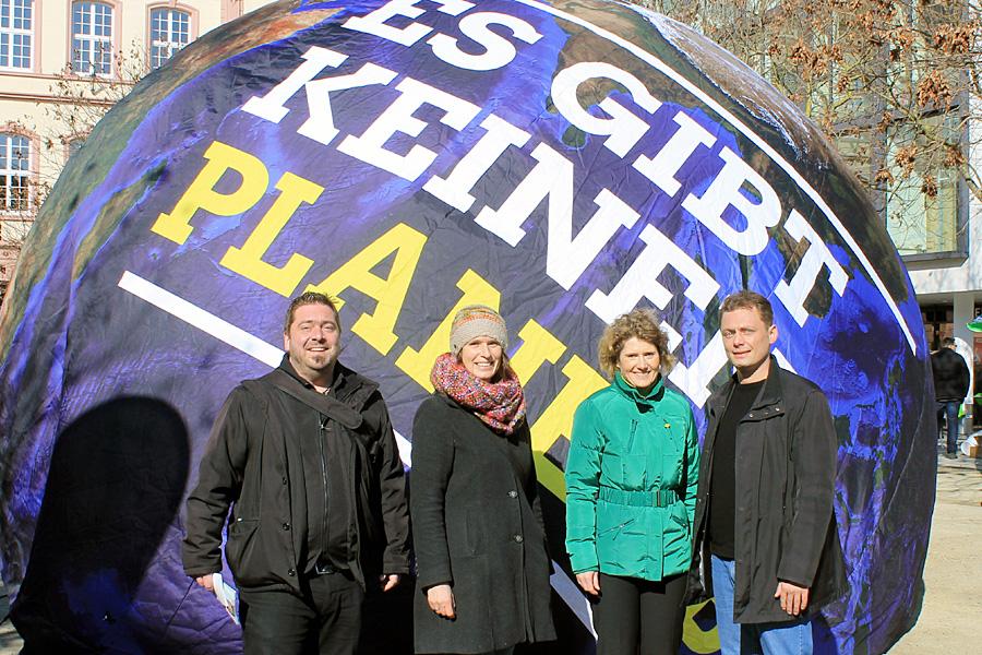 Eveline Lemke und Daniel Köbler am Samstagmorgen mit Direktkandidat Thorsten Kretzer (l.) und der Vorstandssprecherin der Trierer Grünen, Antje Eichler (2.v.l.), auf dem Kornmarkt.