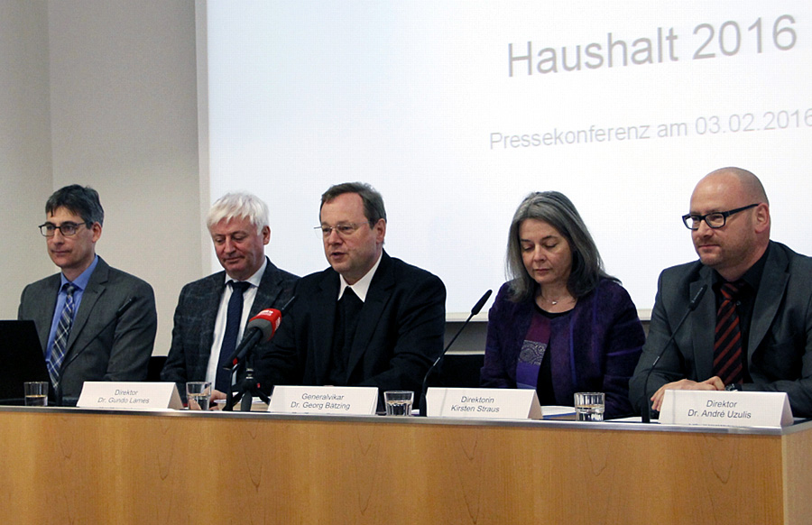 Generalvikar Dr. Georg Bätzing (Bildmitte) stellte am Mittwoch auf einer Pressekonferenz den Haushalt des Bistums vor. Foto: Bistum Trier