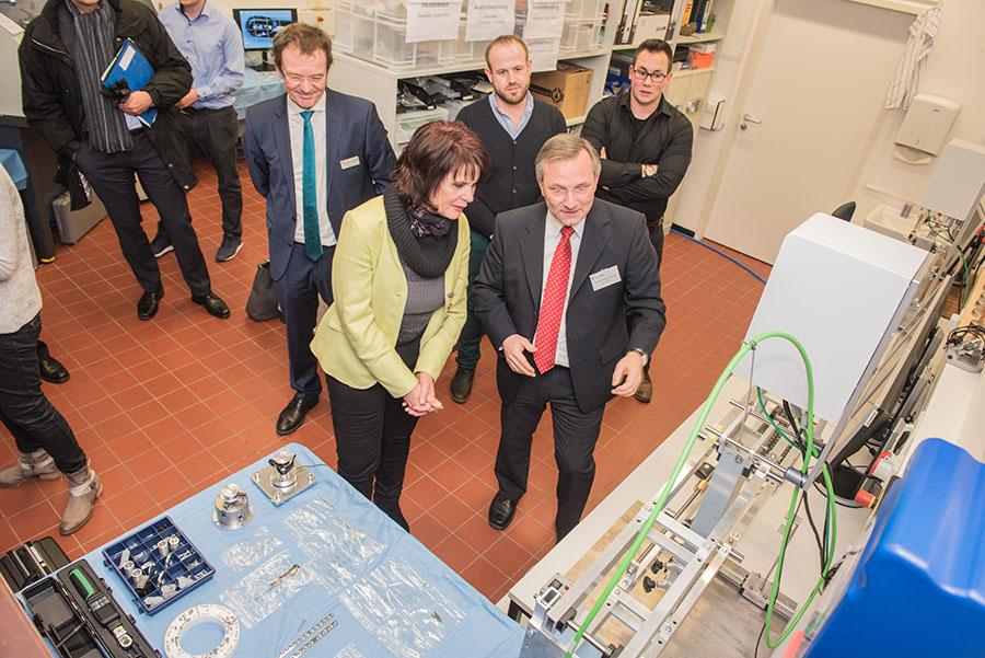 Zwischenstopp im Labor der Medizintechnik: Professor Karl Hofmann-von Kap-herr zeigt der Ministerin, wie Knochen in der Chirurgie verschraubt werden können. Foto: Rolf Lorig