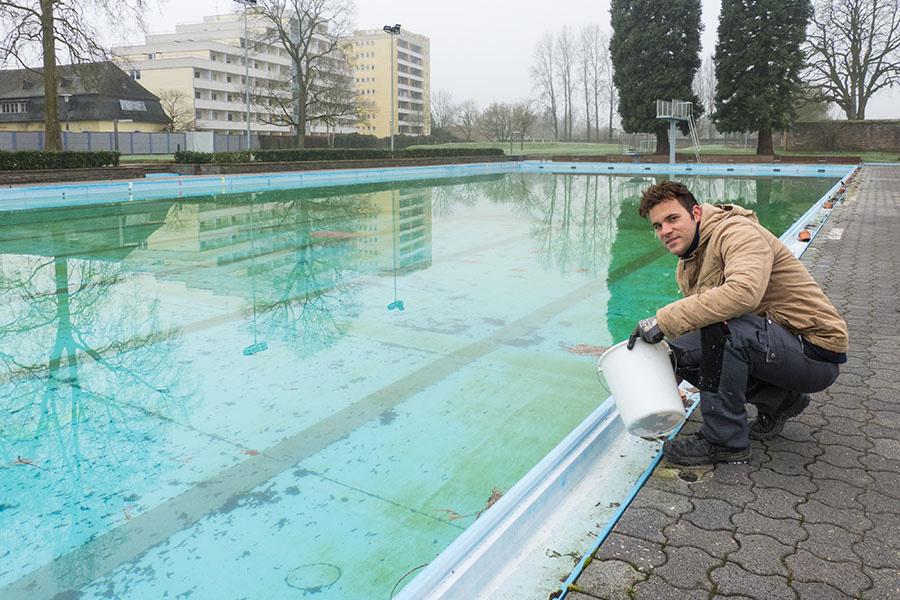 Noch gehört Bademeister Sebastian de Winkel, hier bei Pflegearbeiten, das Bad ganz alleine. Foto: Rolf Lorig