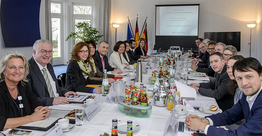 Der Ovale Tisch bei seiner Sitzung in Mainz. Foto: Torsten Silz/Staatskanzlei RLP