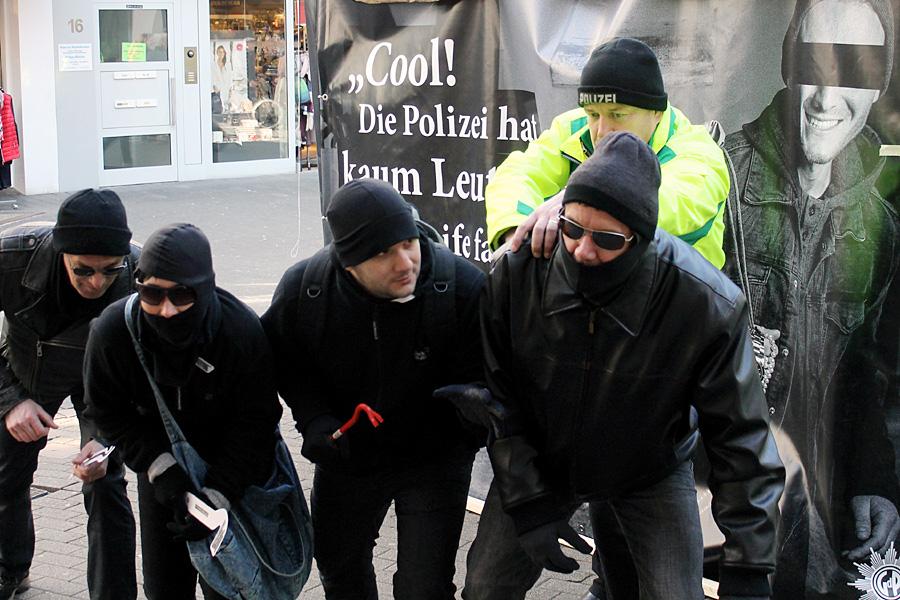 Diebe und Räuber frohlocken, wenn die Polizei personell unterbesetzt ist. Die Beamten tauschten am Samstag einfach mal Rollen und Kleidung, um auf ihre Probleme aufmerksam zu machen.