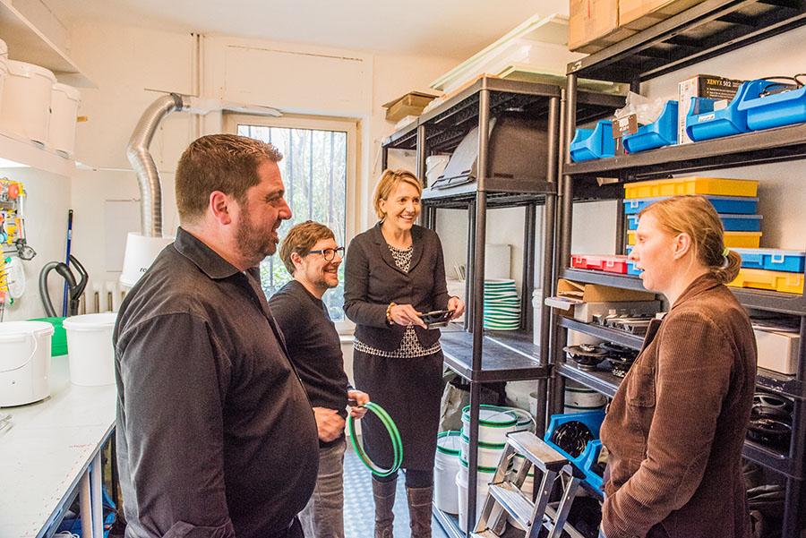 Nick Waters (2. von links) stellt Thorsten Kretzer, Simone Peter und Corinna Rüffer (von links) seine geniale Geschäftsidee vor. Foto: Rolf Lorig