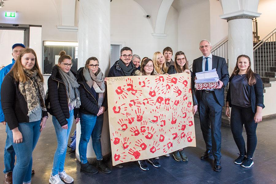 Die von den Kindern und Jugendlichen erhaltenen roten Hände will OB Leibe an Bundesaußenminister Frank Walter Steinmeier weiterleiten. Foto: Rolf Lorig (2)