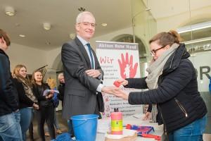 Auch Oberbürgermeister Wolfram Leibe will mit seiner roten Hand ein Zeichen gegen Kindesmissbrauch setzen.