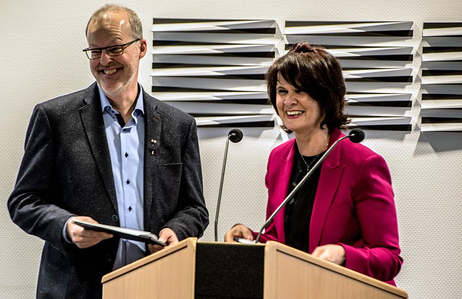 Ministerin Vera Reiß zeichnet Thomas Zuche mit dem Bundesverdienstkreuz aus. Foto: josten.org@online.de