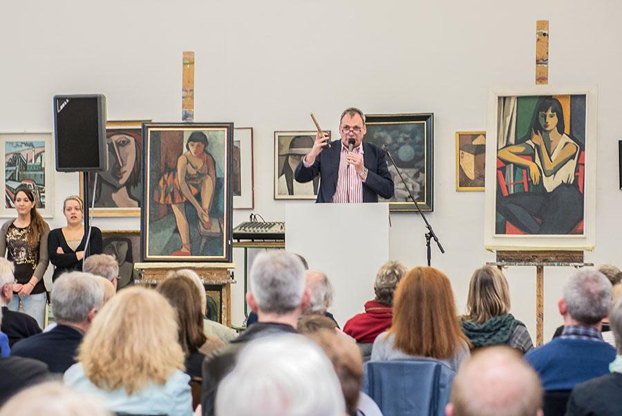 Kurzweilig und umsichtig führt Thomas Vatheuer durch die Auktion. Alle Fotos: Rolf Lorig