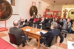 Erwa 20 Besucher verfolgen die Diskussion beim Trierer Stadtgespräch