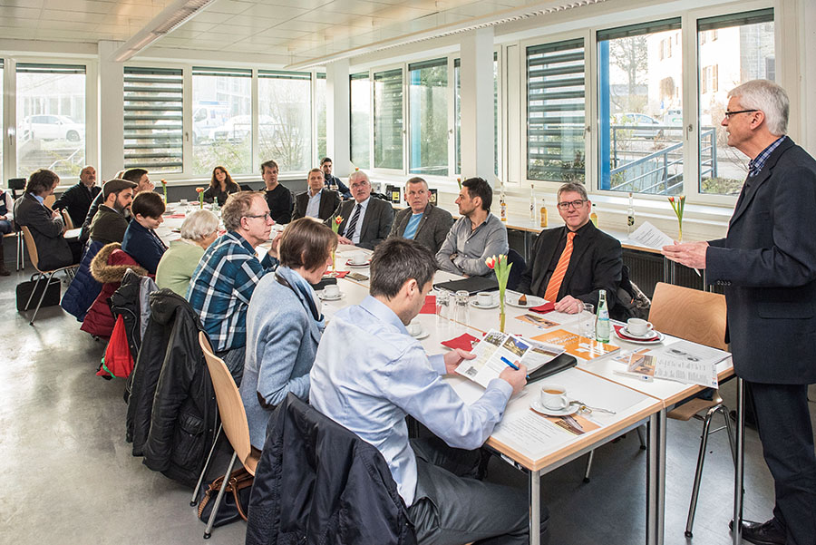 Geschäftsführer Heinz Schwind begrüßt die Teilnehmer des Forschungs-Frühstücks. Beide Fotos: Rolf Lorig