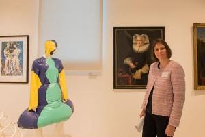 """Das """"Kleid aus Latex"""" ist eine Leihgabe der Mode-Designerin Josiane Biwer. Daneben Historikerin Christiane Häslein."""