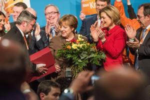 Blumen und Geschenke für dsie Kanzlerin: Udo Köhler (links). Bernd Henter und Arnold Schmitt bedanken sich für die Unterstützung. Foto: Rolf Lorig