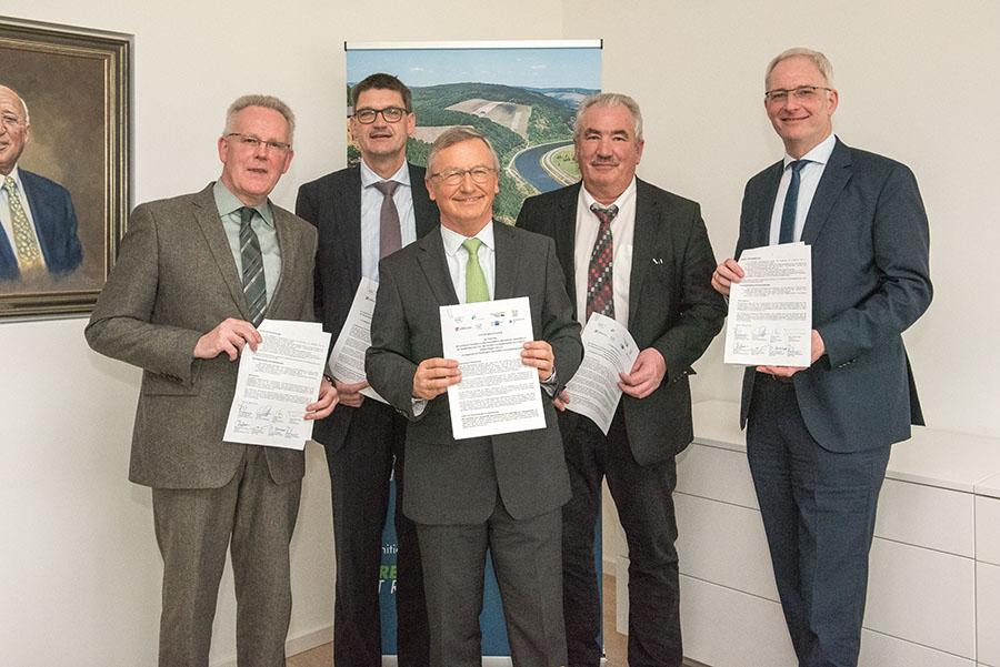 Sie sind stolz auf das Erreichte: Marcus Kleefisch (IHK), Günther Schartz (LK Trier-Saarburg), Manfred Bitter (HwK), Michael Billen (LK Bitburg-Prüm) und OB Wolfram Leibe. Foto: Rolf Lorig