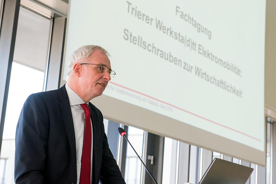 Sieht in der Nutzung von Elektrofahrzeugen eine Chance für Trier: Oberbürgermeister Wolfram Leibe. Beide Fotos: Rolf Lorig