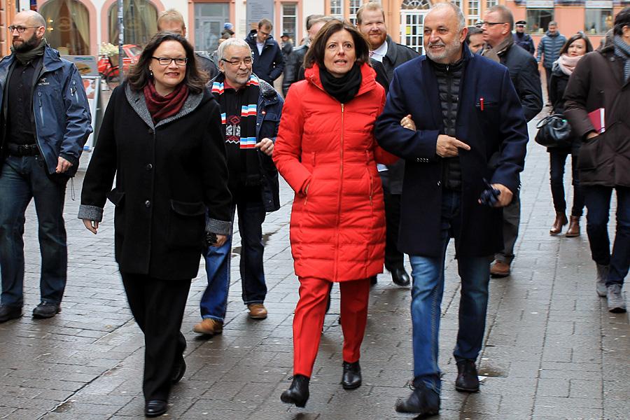 Auf dem Weg durch die Fleischstraße: Dreyer am Arm des Feyener Ortsvorstehers Rainer Lehnart, Nahles - und im Gefolge die Schar der Journalisten.