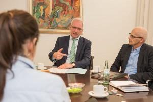 Wolfram Leibe, hier mit Pressesprecher Ralph Frühauf, gibt einen Einblick in seine Arbeit.