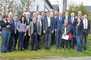 """or den Toren der Stadt kamen die Mitglieder der """"Interkommunalen Kooperation"""" zu ihrem zweiten Treffen zusammen, darunter auch OB Wolfram Leibe und Landrat Günter Schatz (Mitte). Foto: Amt für Stadtentwicklung und Statistik"""