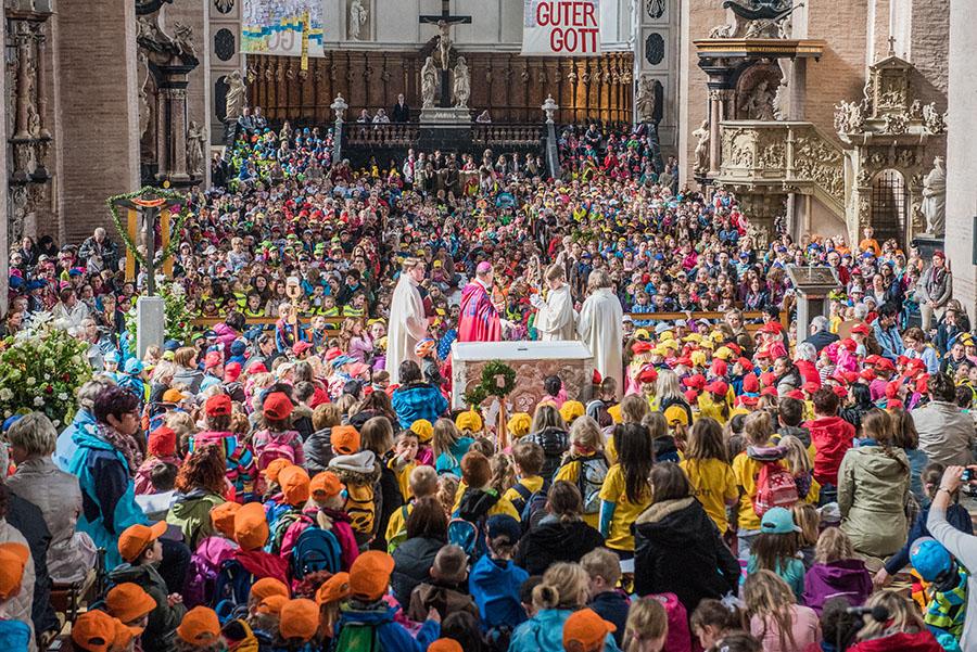 Weihbischof Robert Brahms begrüßt über 3000 Kinder im Dom St. Peter. Foto: Rolf Lorig