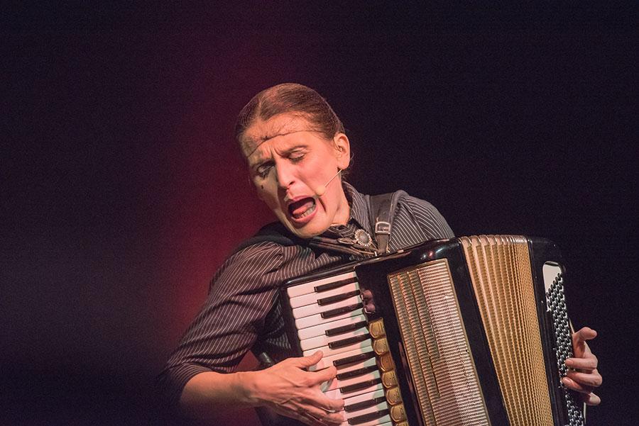 Carmela de Feo - ein unglaubliches Energiebündel auf der Bühne. Foros: Rolf Lorig