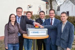 Startschuss: Vera Jost und Bürgermeister Martin Alten (beide Verbandsgemeinde Kell am See), Markus Kettern (1. Beigeordneter), Rainer Jakobs und Michael Arens (beide RWE) sowie Ortsbürgermeister Josef Wagner. Foto: RWE