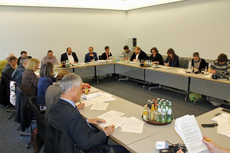 Jede Menge Lesestoff: Sieben Seiten legte Egger den Mitgliedern des Kulturausschusses am Dienstag vor.