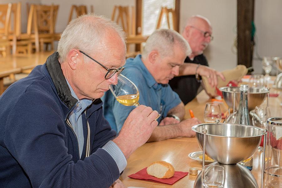 Um alle Kriterien genau beurteilen zu können, wird der Viez (ausnahmsweise) aus einem Weinglas getrunken. Fotos: Rolf Lorig