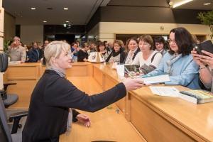 Viele nutzen die Gelegenheit und lassen ihre Bücher von Nele Neuhaus signieren.