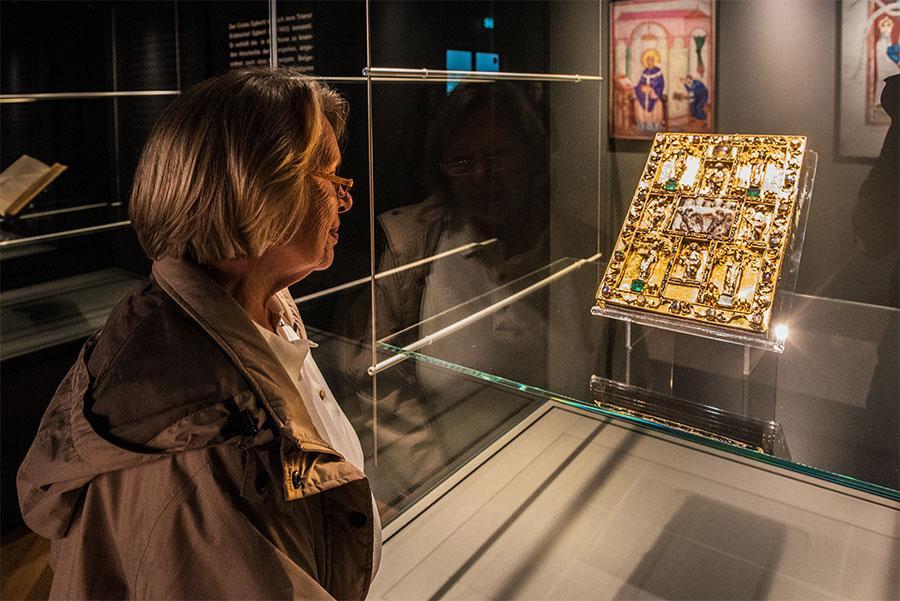 Marie Luise Ruck bewundert den kostbaren Deckel des Ada-Evangeliars. Fotos: Rolf Lorig