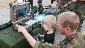 Auch für die Kleinsten interessant: Die moderne Technik der Bundeswehr. Foto: Bundeswehr/Kim Brakensieb