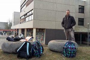 """Der Trierer Künstler Sebastian Böhm und seine """"Riesen-Donuts"""", die am FSG als Sitzgelegenheit dienen. Foto: Gebäudewirtschaft"""