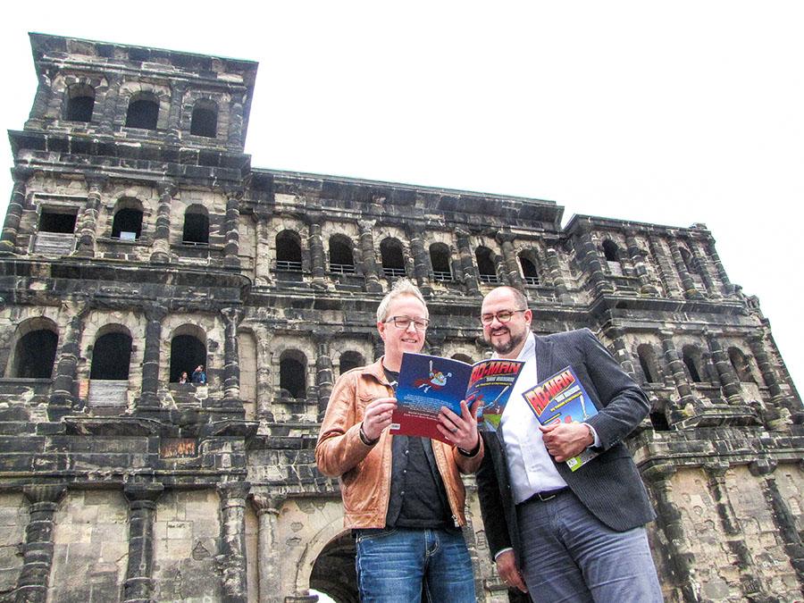 Johannes Kolz und Thomas Egger (rechts) begutachten das neue Heft. Foto: ttm