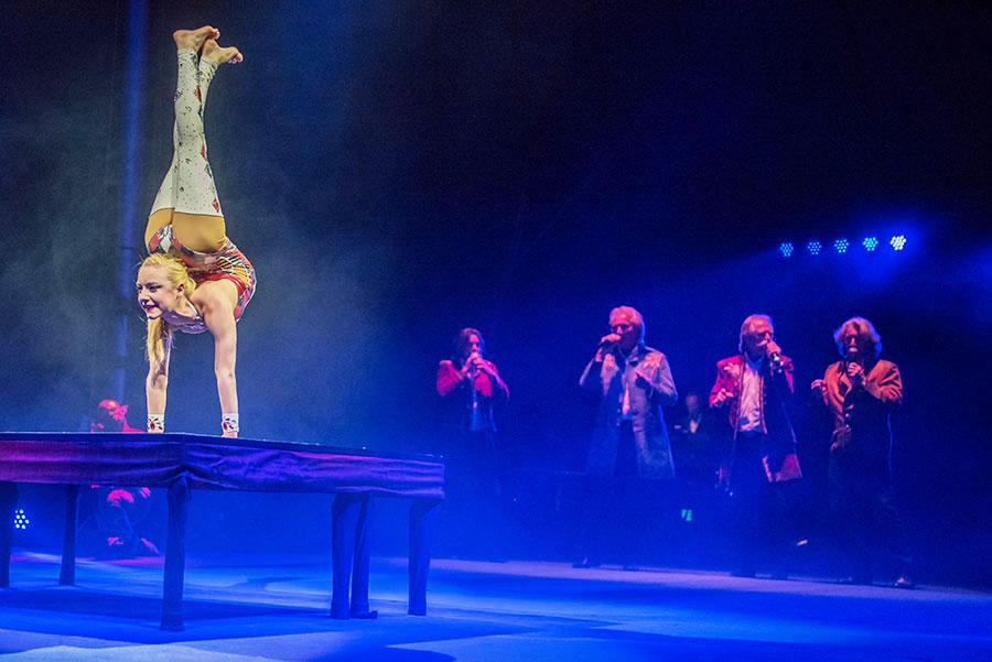 Jordan McKnight spottet mit ihren Darbietungen allen anatomischen Regeln. Im Hintergrund die Höhner. Fotos: Rolf Lorig