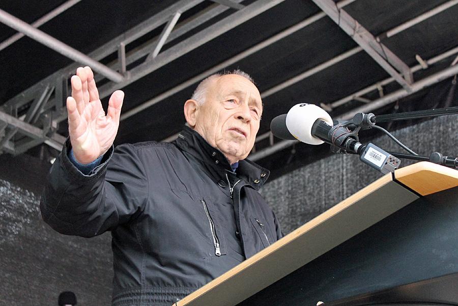 """""""Nicht die Freiheit ist gefährdet, sondern die Solidarität."""" Heiner Geißler auf dem Kornmarkt."""