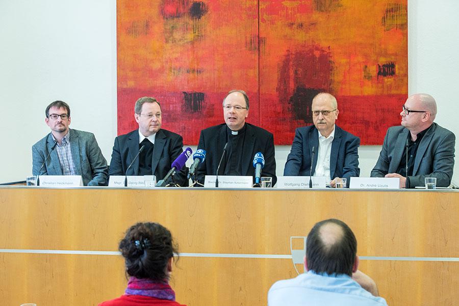 Stellen die ergebnisse der Synode vor: Christian Heckmann, Generalvikar Georg Bätzing, Bischof Stephan Ackermann, Wolfgang Drehmann und André Uzulis.
