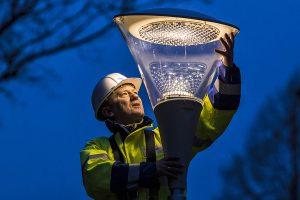 Modernisierung einer Straßenleuchte auf moderne und umweltfreundliche LED-Technologie.