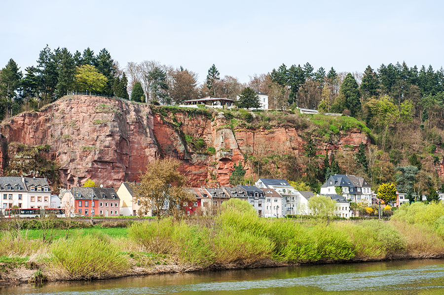 Hoch über der Mosel auf dem roten Felsen: Das Weißhaus im Dornröschenschlaf. Foto: Rolf Lorig