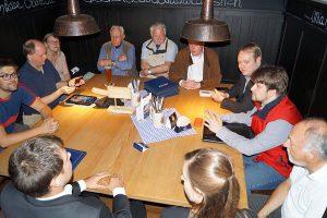 Diskussion in geselliger Runde bei der Trierer FDP.