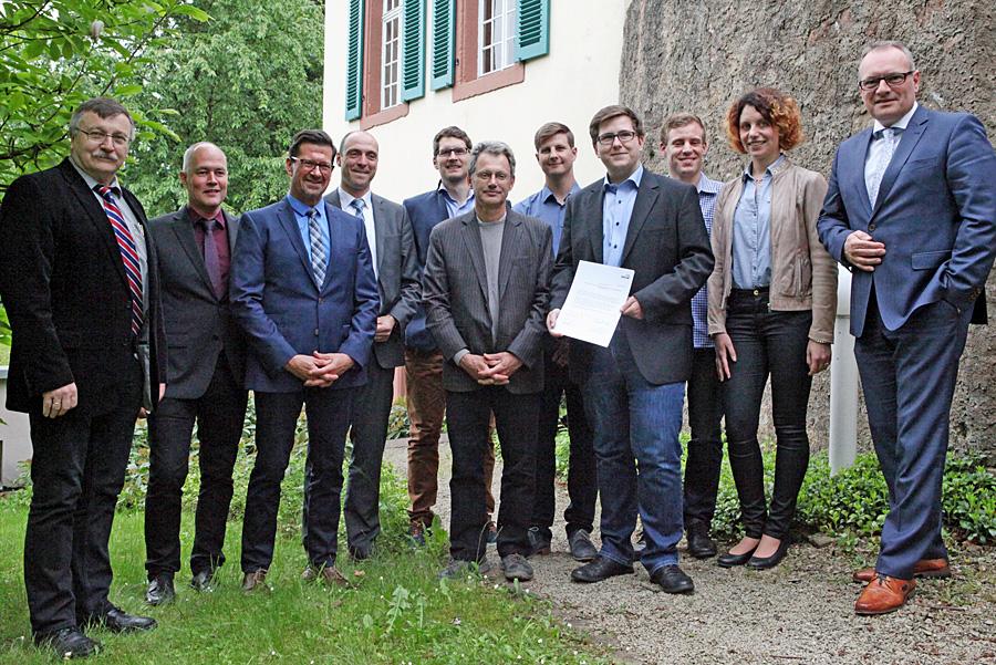 Prof. Dr.-Ing. Manfred Schlich, Christian Girndt (SWT), Heinz Flick (DVGW), Helfried Welsch (SWT), Adrian Lamberty, Prof. Dr.-Ing. Christoph Menke, Felix Behnke, Christopher Börner, Thorsten Kauth, Mayline Heinzelmann, Arndt Müller (SWT-Vorstand) am Herrenbrünnchen. Foto: SWT