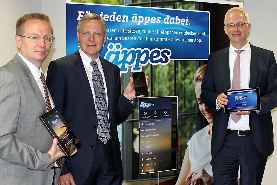 Is' äppes? Ja, die neue App der SWT, präsentiert von Thomas Speckter, Dr. Olaf Hornfeck und OB Wolfram Leibe.