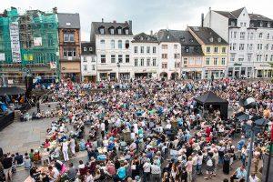 Über 1000 Menschen bevölkern den Vorplatz und die benachbarte Simeonstraße.