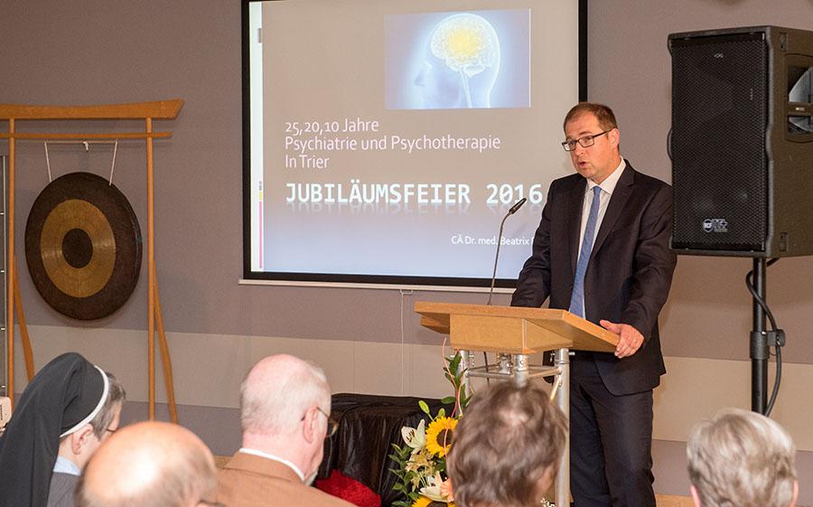Geschäftsführer Jörg Mehr begrüßt Mitarbeiter und Gäste. Fotos: Rolf Lorig