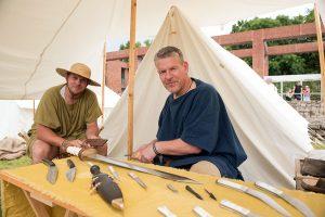 Ulrich Bantes (rechts) fertigt unter dem Namen Cultellus originalgetreue Messer und Schwerter.