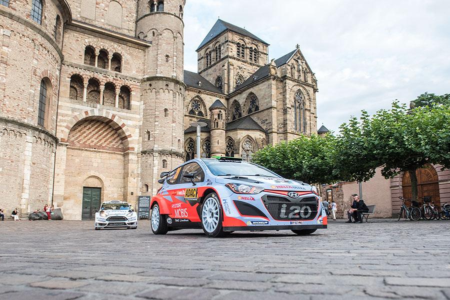Ein Bild, das es wohl in den kommenden Jahren nicht mehr geben wird: Fahrzeuge der Rallye Deutschland vor dem Dom und der Liebfrauenkirche. Foto: Rolf Lorig