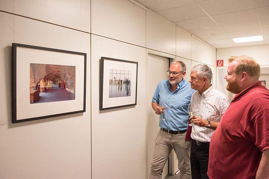 Thomas Neises, Hermann Kleber und Markus Nöhl beim Betrachten von zweien der insgesamt 36 Fotografien. Fotos: Rolf Lorig