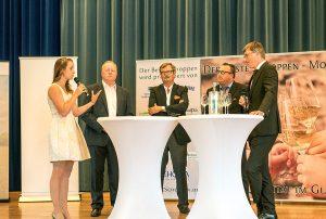 IHK-Hauptgeschäftsführer Jan Glockauer, Staatssekretär Andy Becht, DEHOGA-Vizepräsident Lothar Weinand und Moselwein eV-Vorsitzender Rolf Haxel werden von Weinkönigin Lena Endesfelder interviewt.