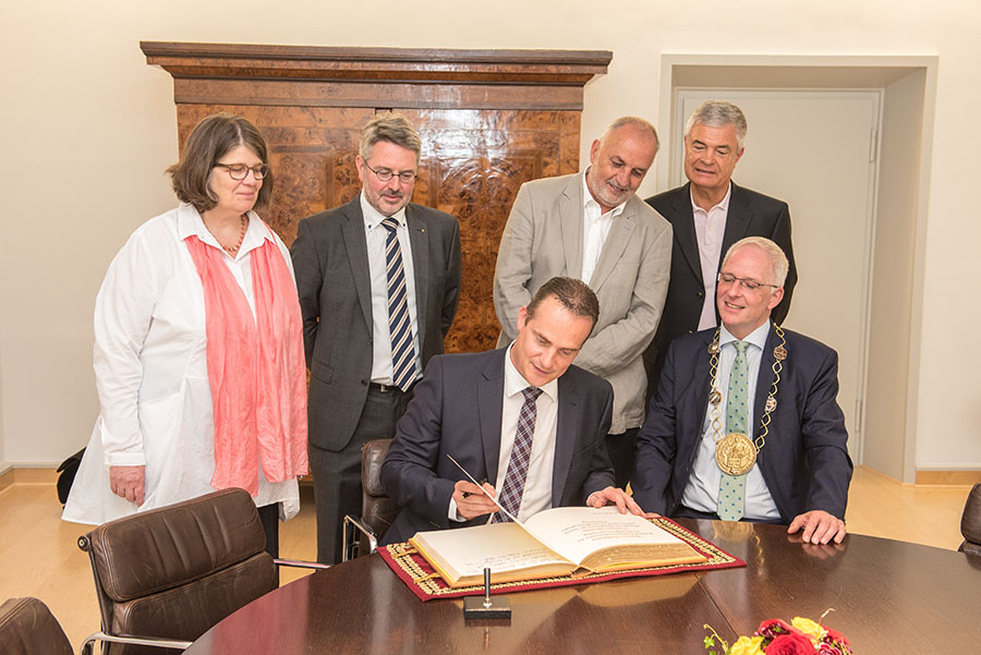 Im Besisein von Bürgermeisterin Angelika Birk, sowie der Fraktionsvorsitzenden Köhler (CDU), Lehnart (SPD) und Kleber (FWG) trägt sich Ministerpräsident Paasch (links von OB Leibe) in das Goldene Buch ein. Foto: Rolf Lorig