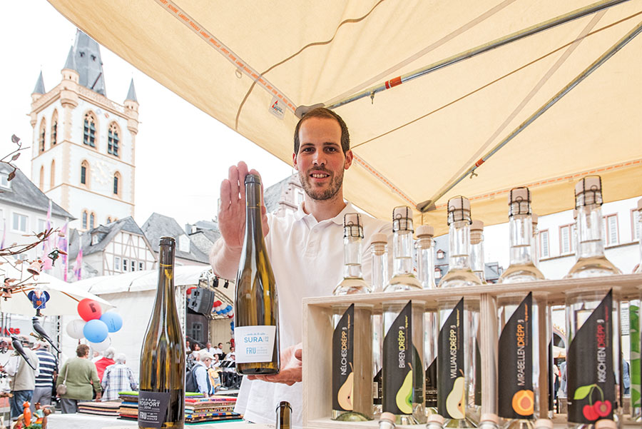 Mit Luxemburger Wein und eigenen Spirituosen repräsentiert Georges Schiltz aus Rosport die Genießerseite der luxemburgischen Nachbarn. Fotos: Rolf Lorig