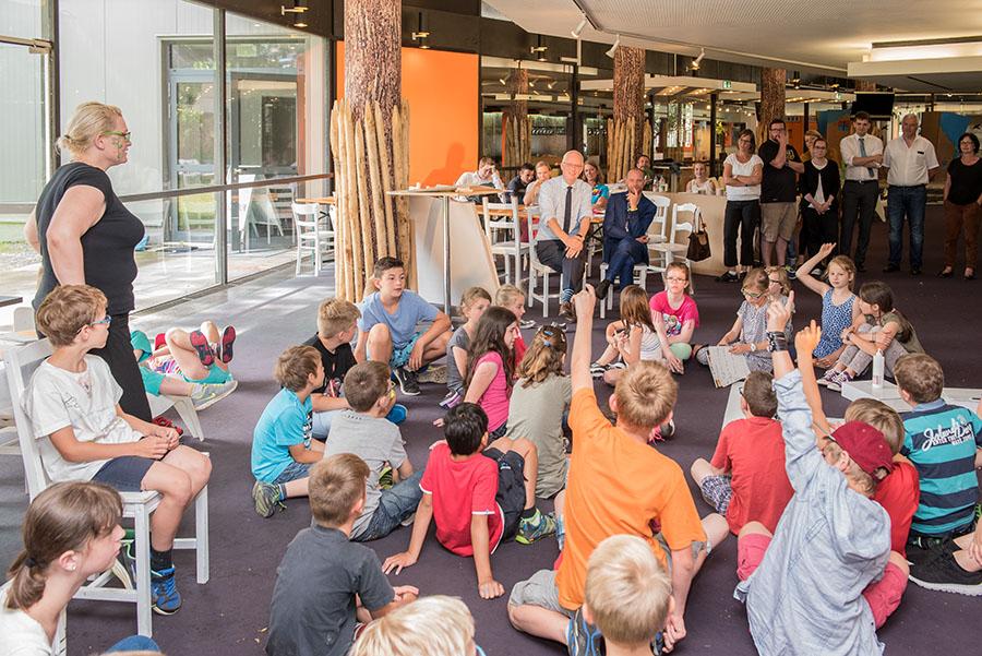 Oberbürgermeister Wolfram Leibe und Intendant Karl Sibelius stellen sich den Fragen der Rathaus-Kinder. Fotos: Rolf Lorig