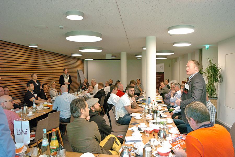 DIE Mitglieder der BNI Vereinigung beim Frühstück, stehend von links Claudia König und Kerstin Dillenburger, beide Jobcenter Trier Stadt, und Marc Thurn, Firma UTS Protect Security GmbH.