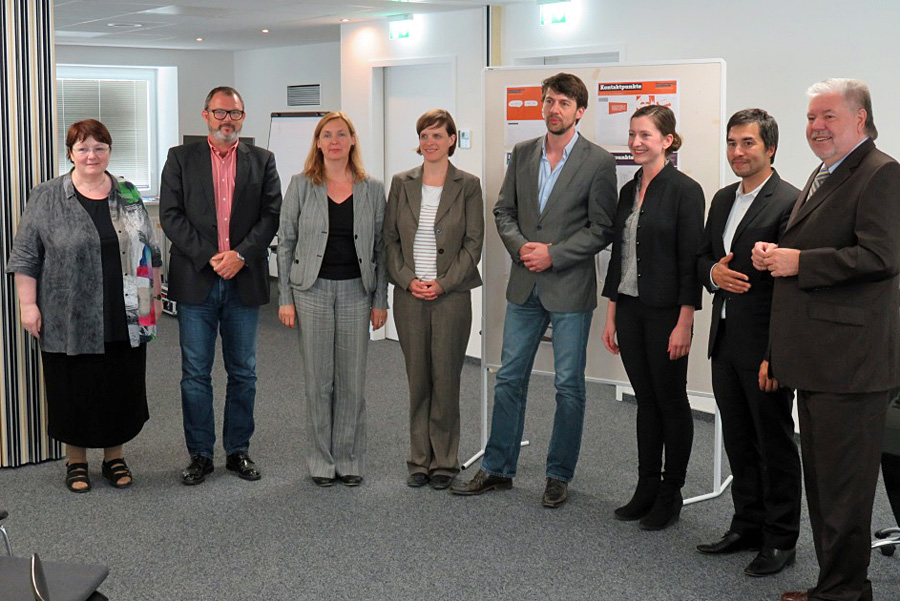Gruppenbild mit Damen: Kurt Beck (ganz rechts) bei der Pressekonferenz im Verwaltungsgebäude des Karl-Marx-Museums. Ganz links Elisabeth Neu, die Leiterin des Karl-Marx-Hauses.