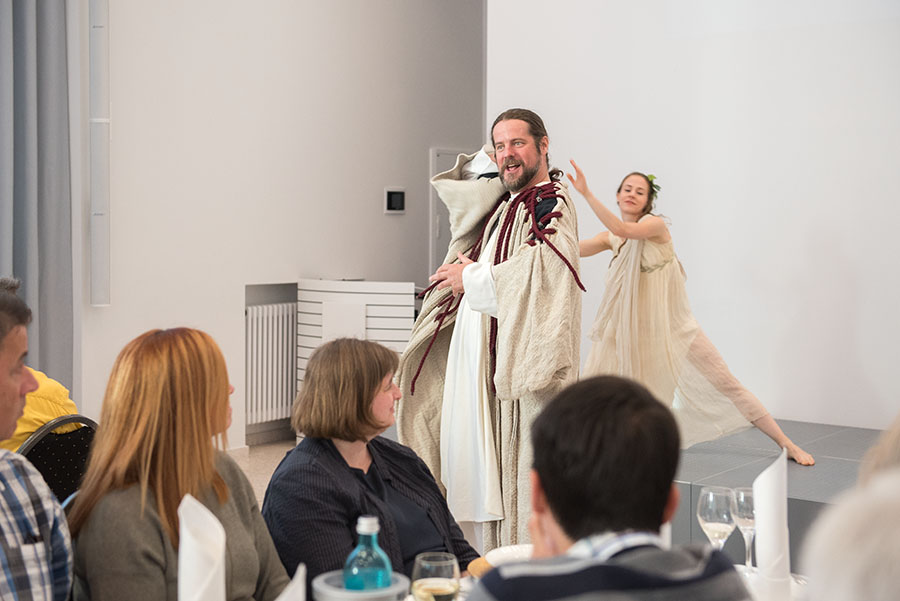Mit Versprechen, Gesang und Tanz buhlt Nero um die Gunst des Publikums. Fotos: Rolf Lorig